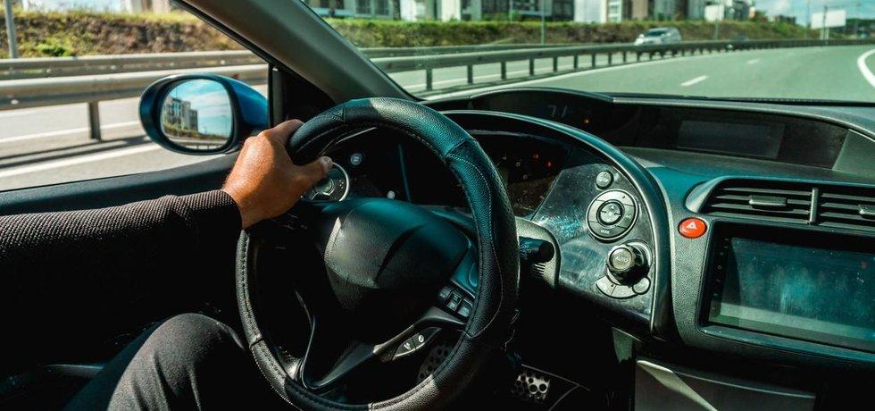 Palubní deska v autě - ilustrační foto