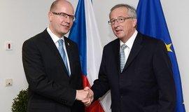 Premiér Bohuslav Sobotka s budoucím předsedou Evropské komise Jean-Claudem Junckerem na summitu v Bruselu