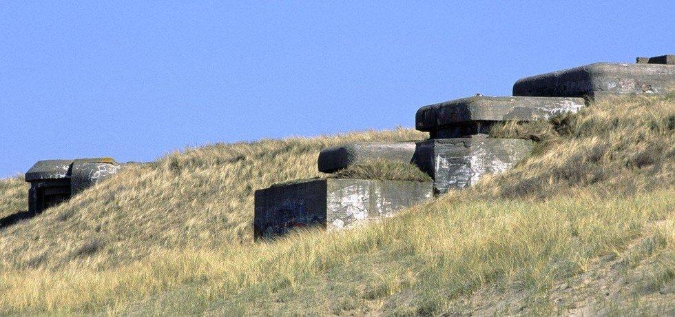 Německé bunkry z tzv. atlantického valu zavál písek. Obrázek je z nizozemského Scheveningenu