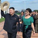 Kim Čong-un s manželkou Ri Sol-ču v roce 2012 při návštěvě bazénu v Pchjongjangu.