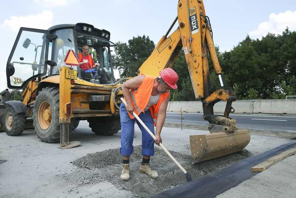 Stavební práce na silnici - ilustrační foto