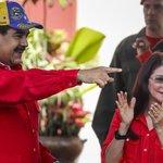 Venezuelský vůdce Nicolás Maduro, který se odmítá vzdát moci. Rád se ukazuje se svou ženu Cilii Floresovou. Zde na akci proti imperialismu v září 2017.