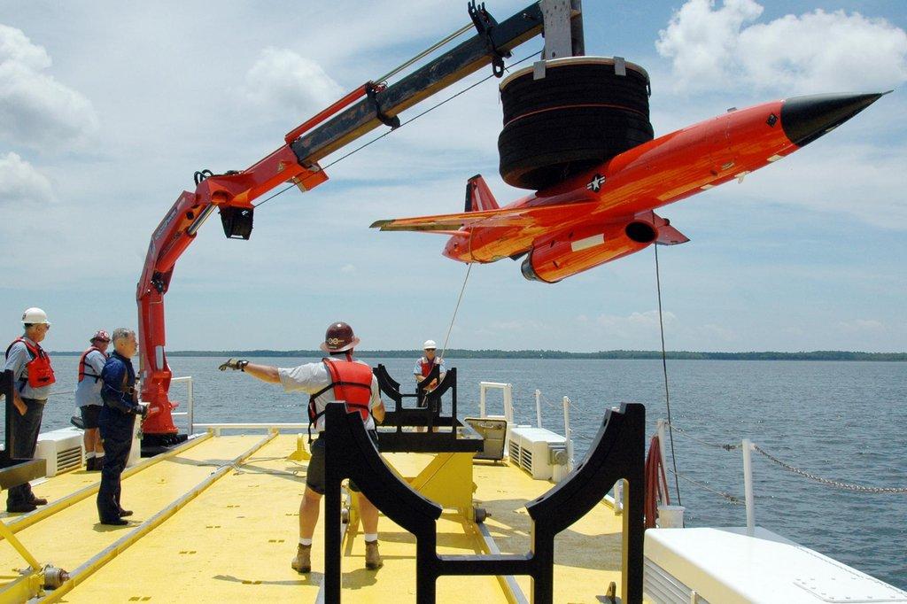 Drony, které uniknou destrukci se dostávají na zem pomocí padáku a jsou pak připraveny pro další použití