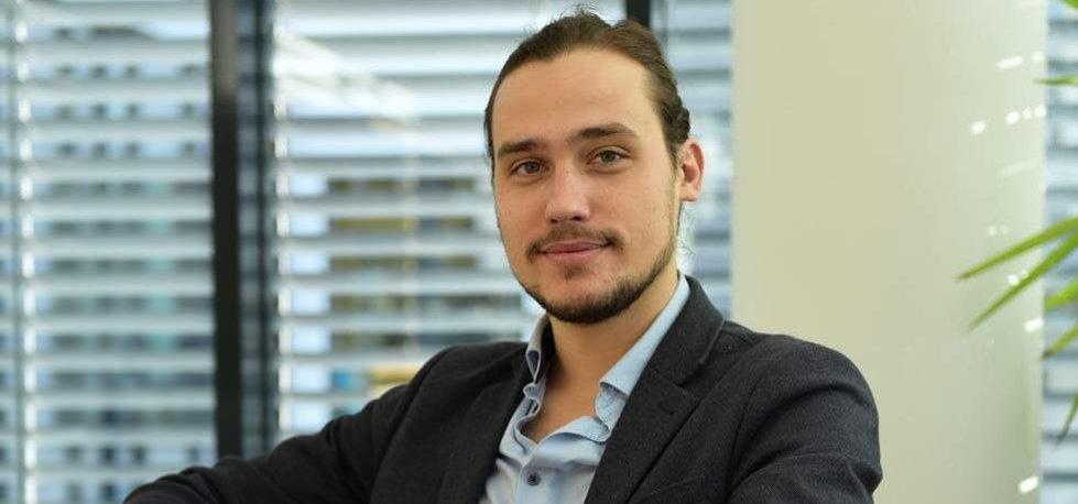 Hlavním ekonomem finanční skupiny Roklen se stal dosavadní ředitel Liberálního institutu Dominik Stroukal