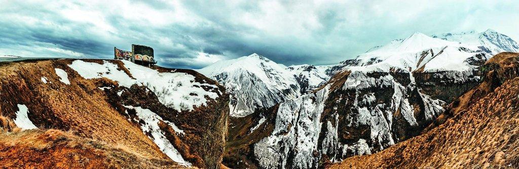 Vysokohorská turistika. Vrcholky na Kavkaze přesahují často tři tisíce metrů (nejvyšší má přes pět tisíc) a v létě se po nich dají podnikat nádherné túry