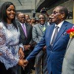 Zimbabwský diktátor Robert Mugabe se svou druhou ženou Grace při přejmenování letiště v Harare na Robert Gabriel Mugabe International Airport 9. listopadu 2017. Nakonec 21. listopadu po nátlaku odstoupil ve svých 93 letech.