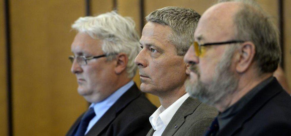 Soud zprostil viny znalce Rudolfa Douchu (vpravo), který vypracoval posudek o státním podílu v OKD, jenž údajně vedl k nevýhodnému prodeji firmy. Bývalé místopředsedy Fondu národního majetku (FNM) Pavla Kutu (uprostřed) a Jana Škurka (vlevo) soud osvobodil