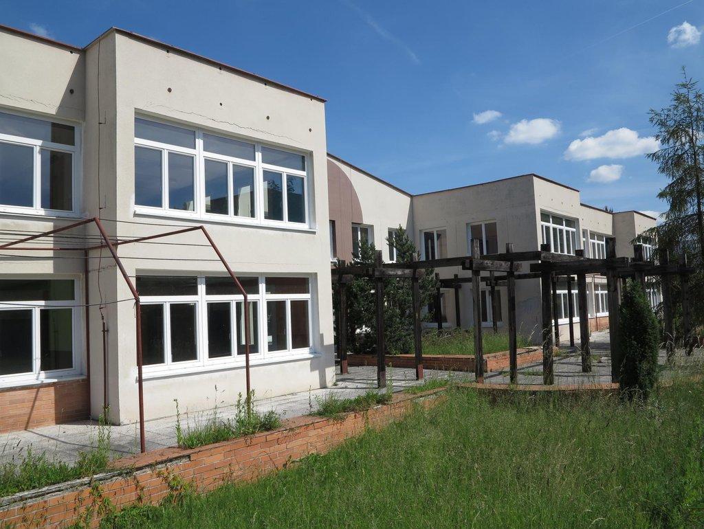 Projekt řeší také rekonstrukci střechy, zateplení střechy a fasády, zahradní architekturu a oplocení
