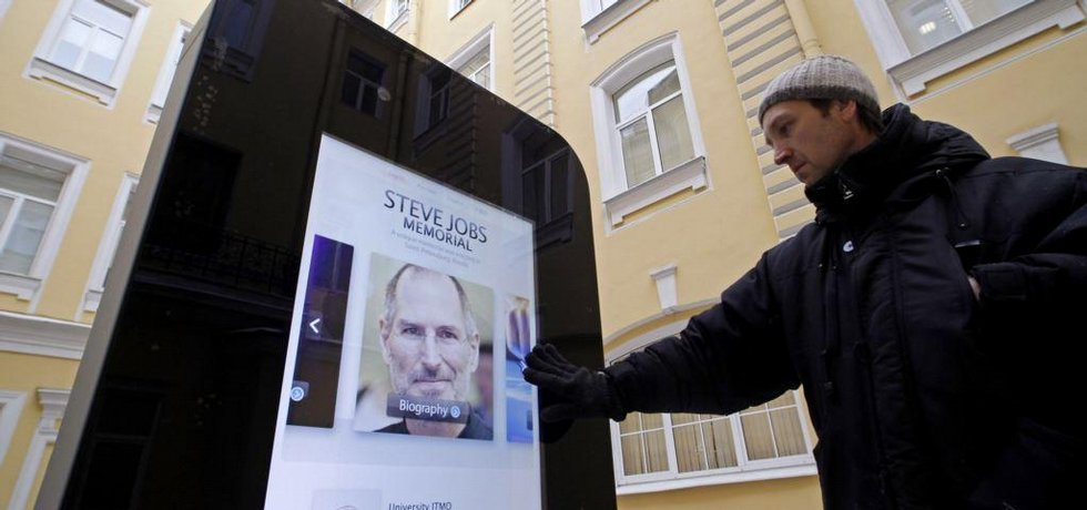 pomník Steva Jobse v Petrohradě