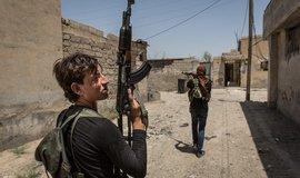 Syrské město Rakka dobyly arabsko-kurdské milice