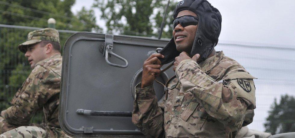 Příslušník americké armády zkoumá ukrajinskou techniku