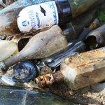 Část sesbíraného odpadu tvoří skleněné lahve.