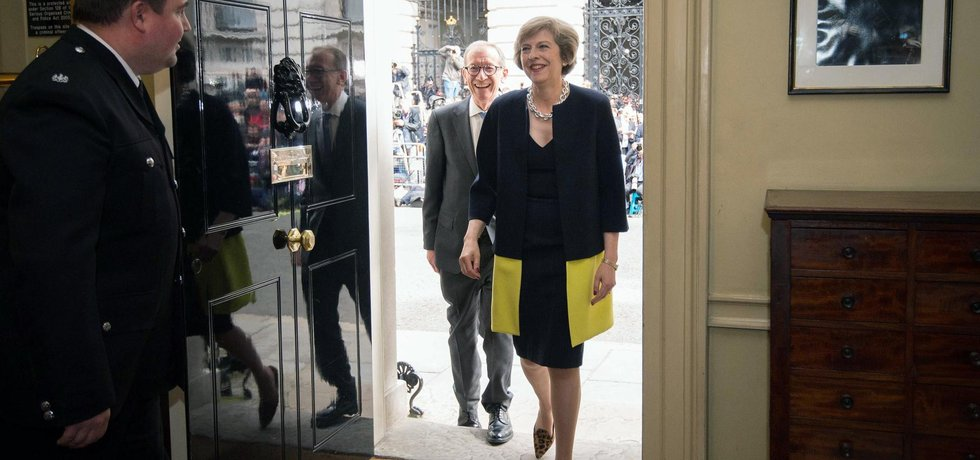 Theresa Mayová vchází do Downing Street č. 10. (Zdroj: ČTK)