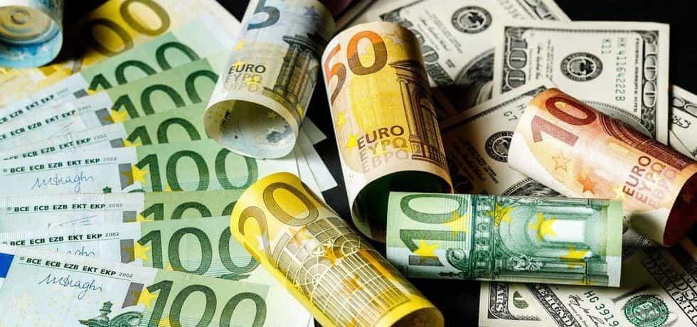 Eura a dolary - ilustrační foto