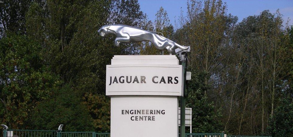 socha před centrálou Jaguaru v Britském Whitley