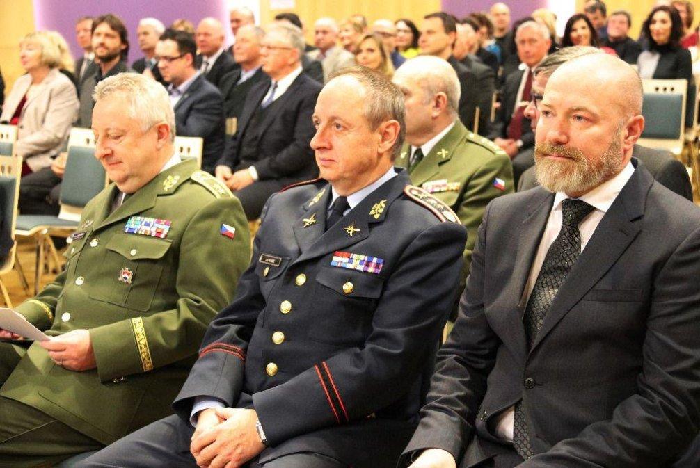 Odvolaný šéf Vojenských lázeňských a rekreačních zařízení Václav Studený (zcela vpravo)