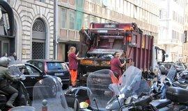 Popelářský vůz v ulicích Říma