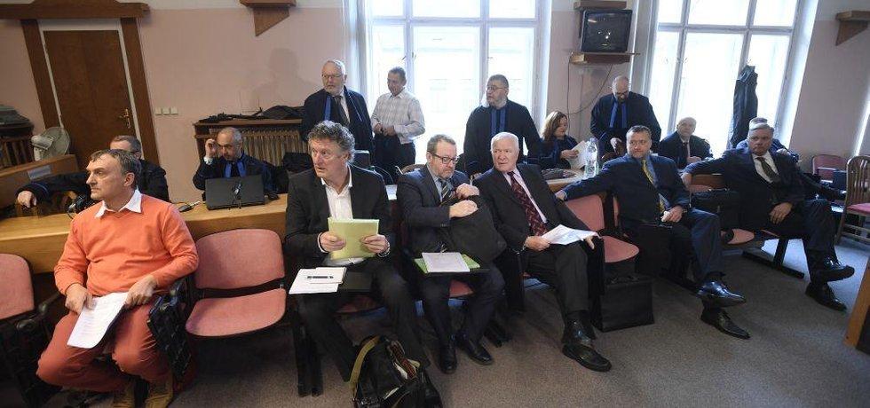 Bývalí manažeři Mostecké uhelné společnosti Antonín Koláček, Jiří Diviš, Petr Kraus, Oldřich Klimecký, Marek Čmejla a exnáměstek ministra průmyslu Robert Sýkora 26. listopadu 2018 u městského soudu v Praze,
