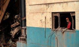 Hasič obhlíží trosky protržené hráze v brazilském Brumbadinhu