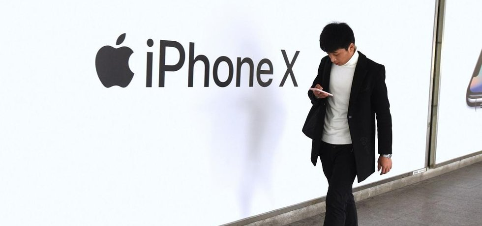 Prodejci v Číně museli zlevnit iPhony