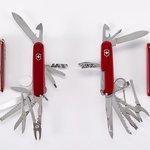 Švýcarský kapesní nůž SwissChamp s 33 funkcemi. Vlevo originál Victorinox AG, Švýcarsko. Vpravo napodobenina dostupná na internetu.