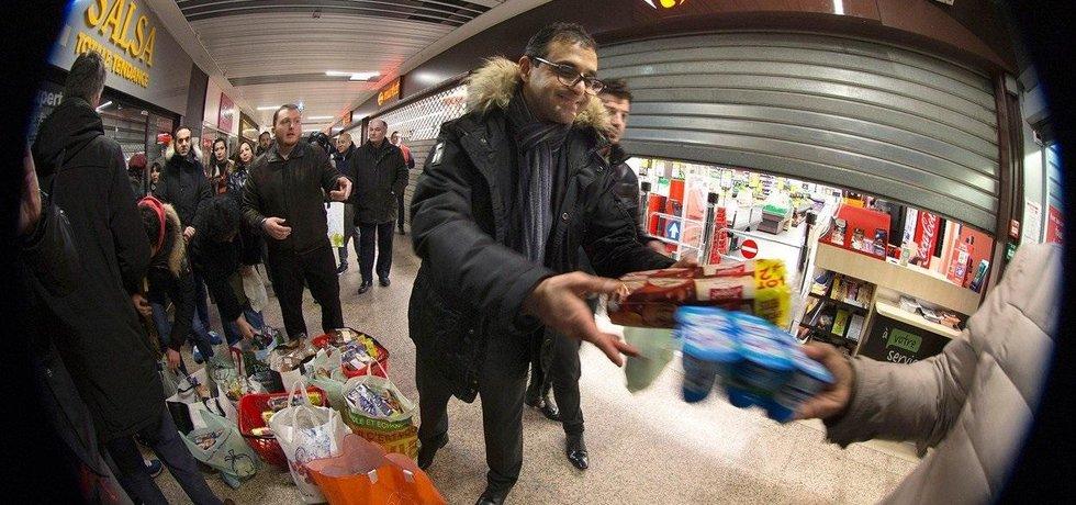 Arash Derambarsh rozdává potraviny vyhozené supermarketem, ilustrační foto