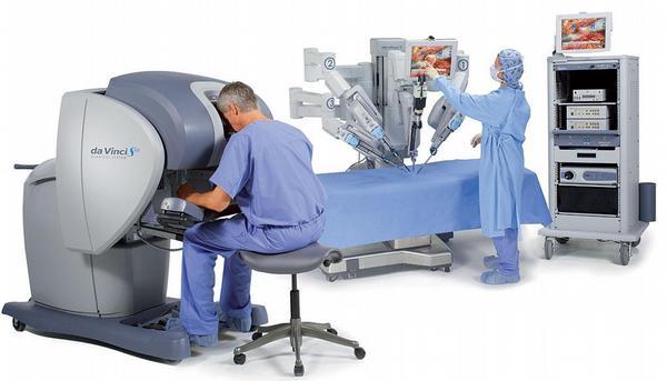Obr. 2 – Robotický systém da Vinci® a jeho 3 komponenty (zleva: chirurgická ovládací konzole, operační konzole a torakoskopická videověž)