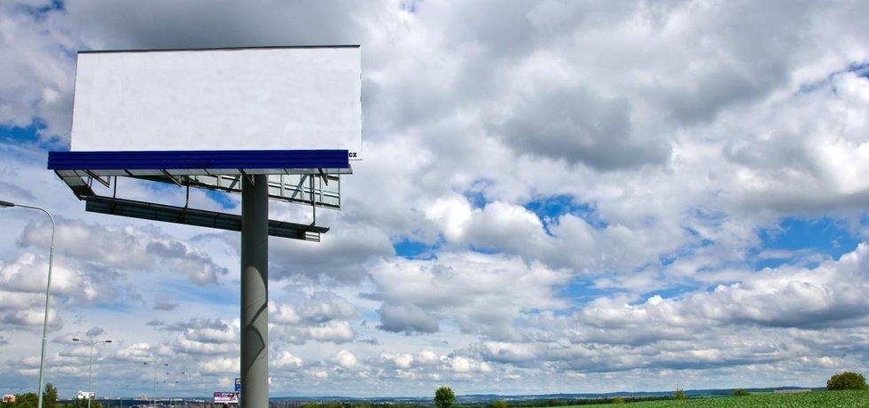 Billboard v polích u silnice zatím zeje prázdnotou (ilustrační foto)
