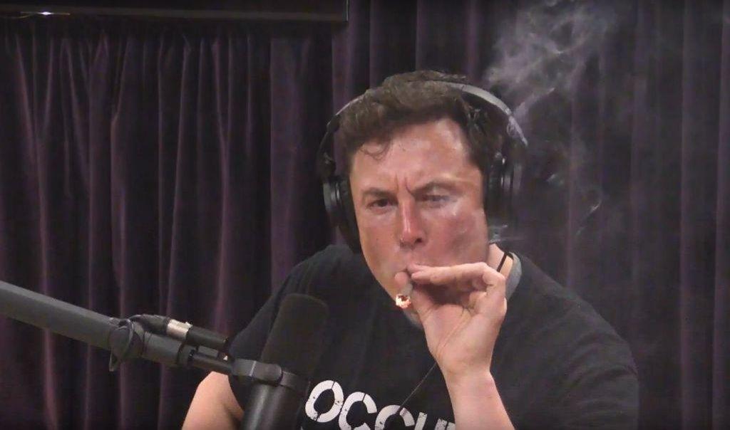 Elon Musk potahuje z marihuanové cigarety v pořadu Joe Rogan Experience