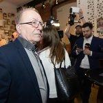 Hudebník Petr Janda sleduje výsledky prvního kola prezidentské volby ve štábu Jiřího Drahoše.