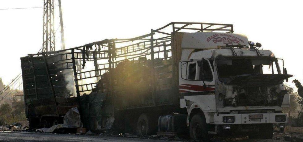 Zničený nákladní vůz humanitárního konvoje v Aleppu.