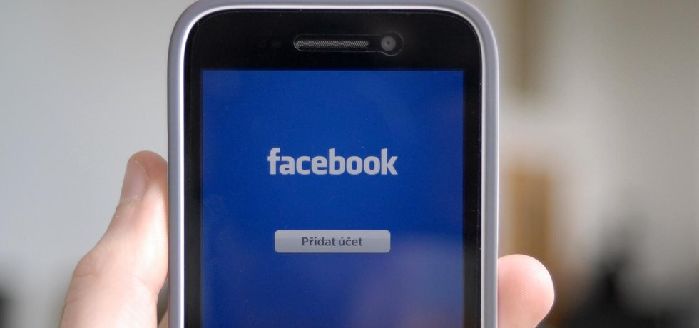 Facebook v mobilu (autor: Štěpán Bruner, Mladá fronta)