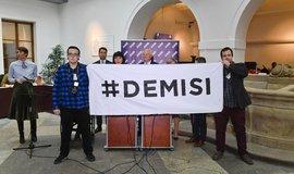 Aktivisté na tiskové konferenci hnutí ANO požadovali demisi premiéra Andreje Babiše