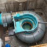 Šnekovitě zahnuté potrubí zanedlouho zmizí pod vrstvou betonu