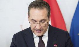 Rakouský vicekancléř Strache zapletený do aféry státních zakázek rezignoval