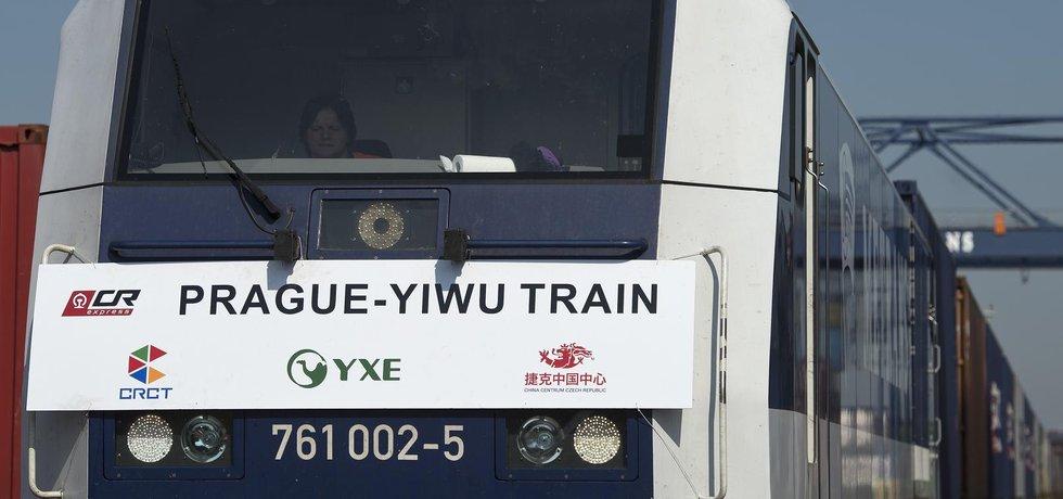 Ve vlaku je zboží zhruba za pět milionů dolarů. Kontejnery obsahují český křišťál, automobilové součástky, pivo a další tradiční výrobky z České republiky i dalších evropských zemí