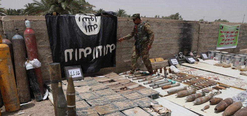 Příslušník irácké armády s vlajkou Islámského státu