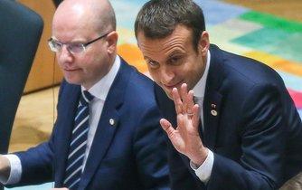 Český premiér Bohuslav Sobotka a francouzský prezident Emmanuel Macron
