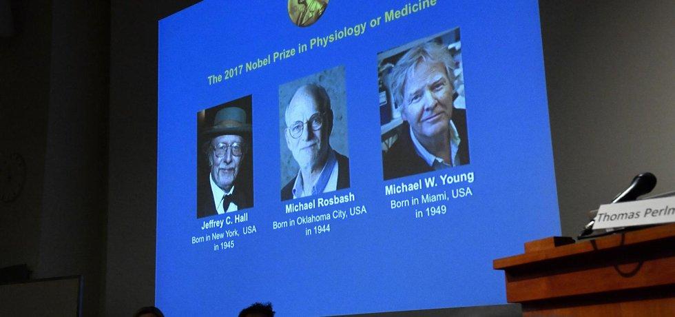 Trojice Američanů Jeffrey C. Hall, Michael Rosbash a Michael W. Young.