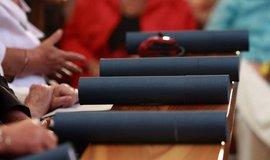 Vysokoškolské diplomy, ilustrační foto