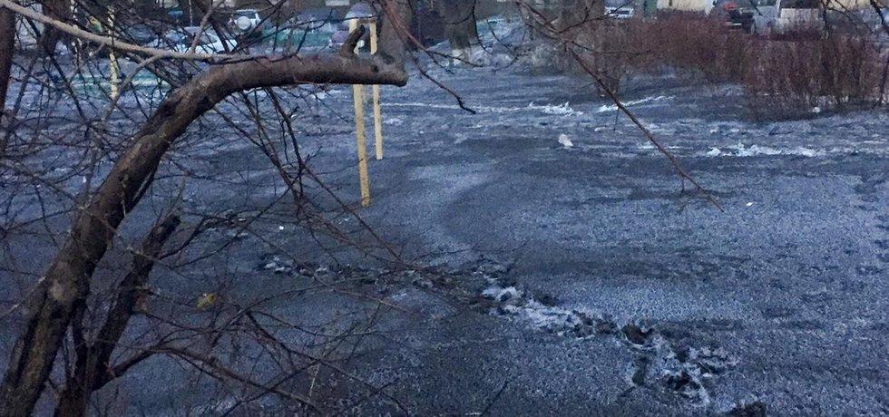 V sibiřském městě Kiseljovsk padá vinou nedaleké těžby uhlí černý sníh