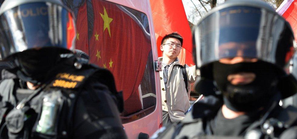 Protestní akce proti nekritickému sbližování ČR a Číny se konala 29. března na pražské Kampě v době návštěvy čínského prezidenta Si Ťin-pchinga v Česku. Akce pořádané uskupením Češi Tibet a Tchaj-wan podporují se zúčastnili i zástupci komunity Vietnamců žijících v ČR, kteří demonstrovali za mír v Jihočínském moři.