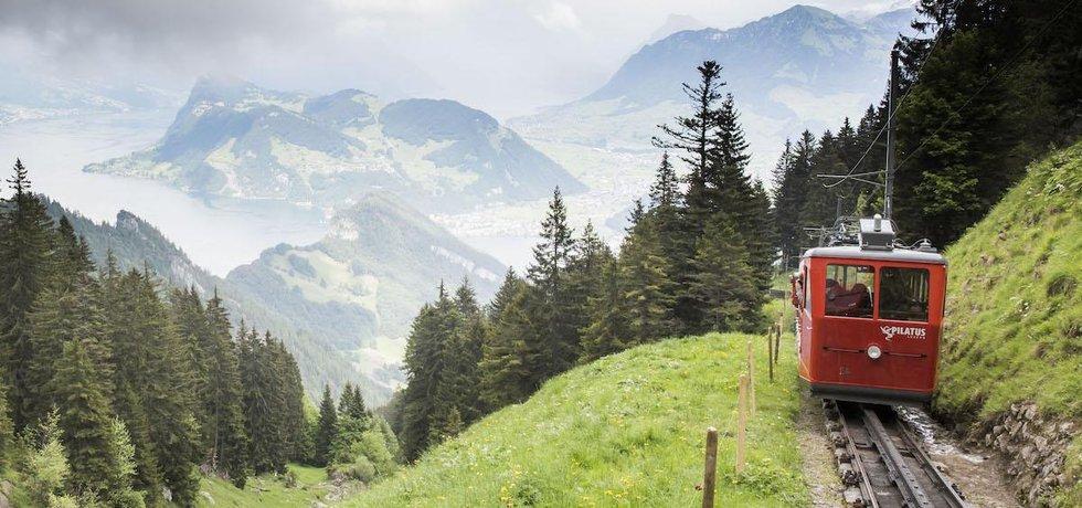 Ozubnicová dráha na vrchol švýcarské hory Pilatus je nejstrmější na světě