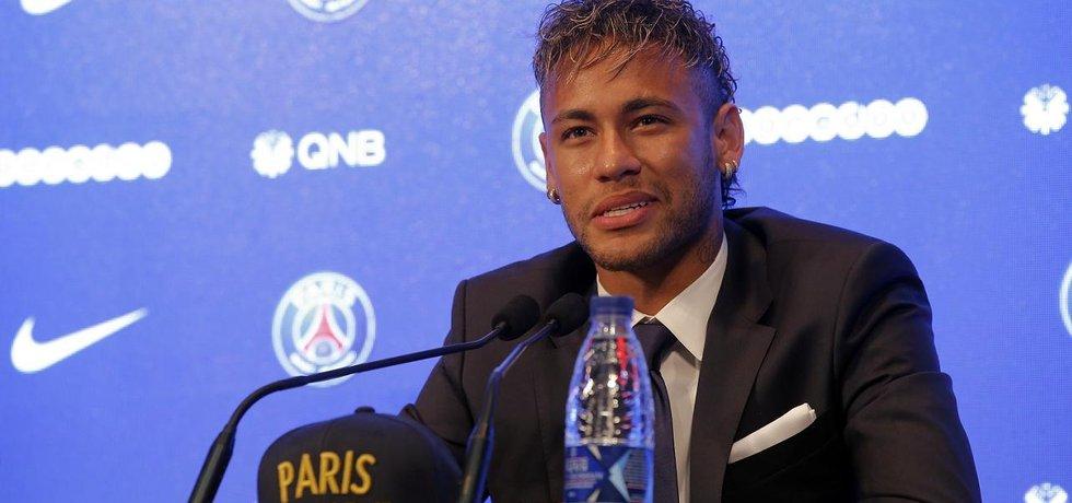 Neymar na tiskové konferenci, kde byl představen jako posila PSG. Brazilský fotbalista stál v přepočtu 5,8 miliardy korun