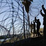 Američtí vojáci budují plot na hranici s Mexikem, ilustrační foto