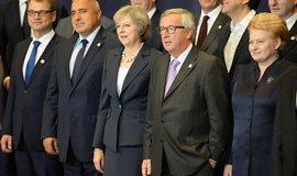 Britská premiérka Theresa Mayová spolu s předsedou Evropské komise Jeanem-Claudeem Junckerem a dalšími evropskými politiky na společném fotografování v Bruselu před začátkem říjnového summitu Evropské unie.