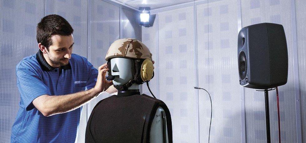Testování vojenské náhlavní soupravy, které hrají v exportu firmy významnou roli, v akustické komoře