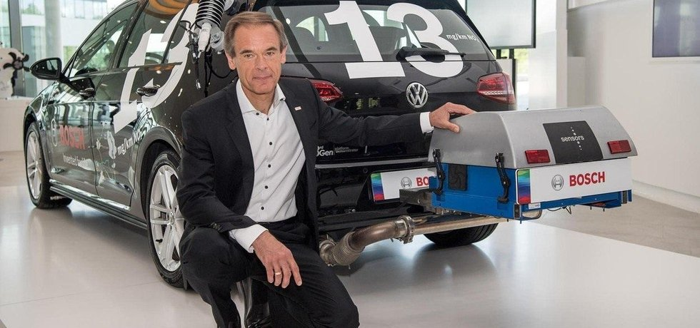 Nový vznětový motor má produkovat jen 13 miligramů oxidů dusíku na kilometr. U auta pózuje šéf firmy Robert Bosch Volkmar Denner.