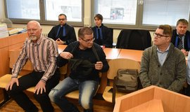 Soud s Petrem Kušnierzem (uprostřed)
