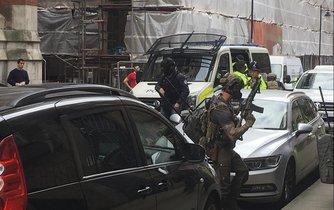 Policejní taktický tým během přípravy na razii.